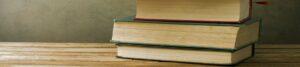Stapel mit Büchern als Motto-Bild für Buchbesprechungen der Berliner Paartherapeutin Julia Bellabarba