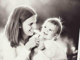 Ausschnitt aus einem Fotoalbum mit glücklicher Mutter und Kind zur Bebilderung der Rubrik Paargeschichten auf dem Blog der Berliner Paartherapeutin Julia Bellabarba