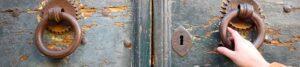 Foto mit altem Holzportal zur Bebilderung der Rubrik Paare und Krisen auf dem Blog der Berliner Paartherapeutin Julia Bellabarba