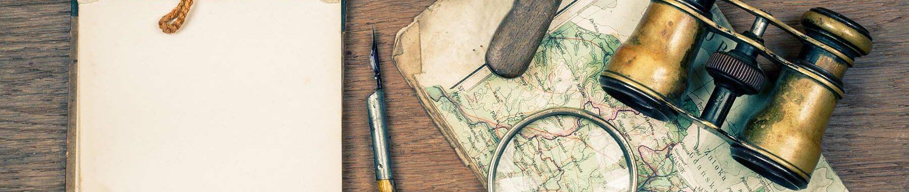 Foto mit Block, Feder, Landkarte und Fernglass zur Bebilderung der Rubrik Medientipps auf dem Blog der Berliner Paartherapeutin Julia Bellabarba