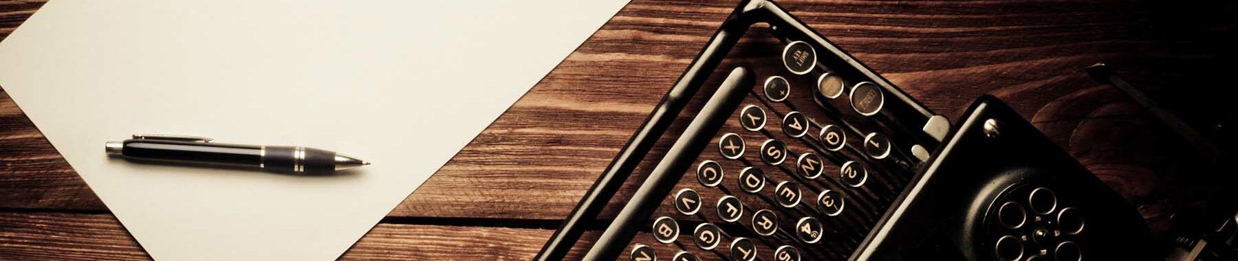 Eine alte Schreibmaschine mit Blatt auf Holz zur Bebilderung von Interviews, die Paartherapeutin Julia Bellabarba mit Zeitungen geführt hat
