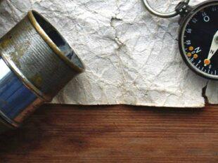 Foto mit Fernglas und Kompass zur Bebilderung der Rubrik Medientipps auf dem Blog der Berliner Paartherapeutin Julia Bellabarba