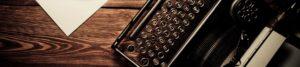 Eine alte Schreibmaschine auf Holz zur Bebilderung von Interviews, die Paartherapeutin Julia Bellabarba mit Zeitungen geführt hat