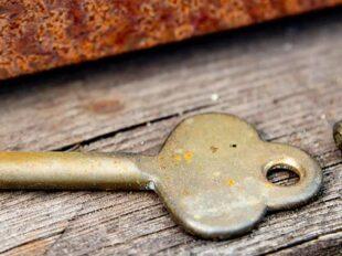 Foto mit 2 alten Schlüsseln auf Holz zur Bebilderung der Rubrik Paare und Krisen auf dem Blog der Berliner Paartherapeutin Julia Bellabarba