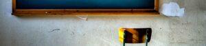 """Motto-Bild mit Tafel und Stuhl für die Rubrik """"Videotutorials"""" auf dem Blog der Berliner Paartherapeutin Julia Bellabarba"""